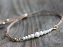 Zierliches Perlen-Armband mit Seide