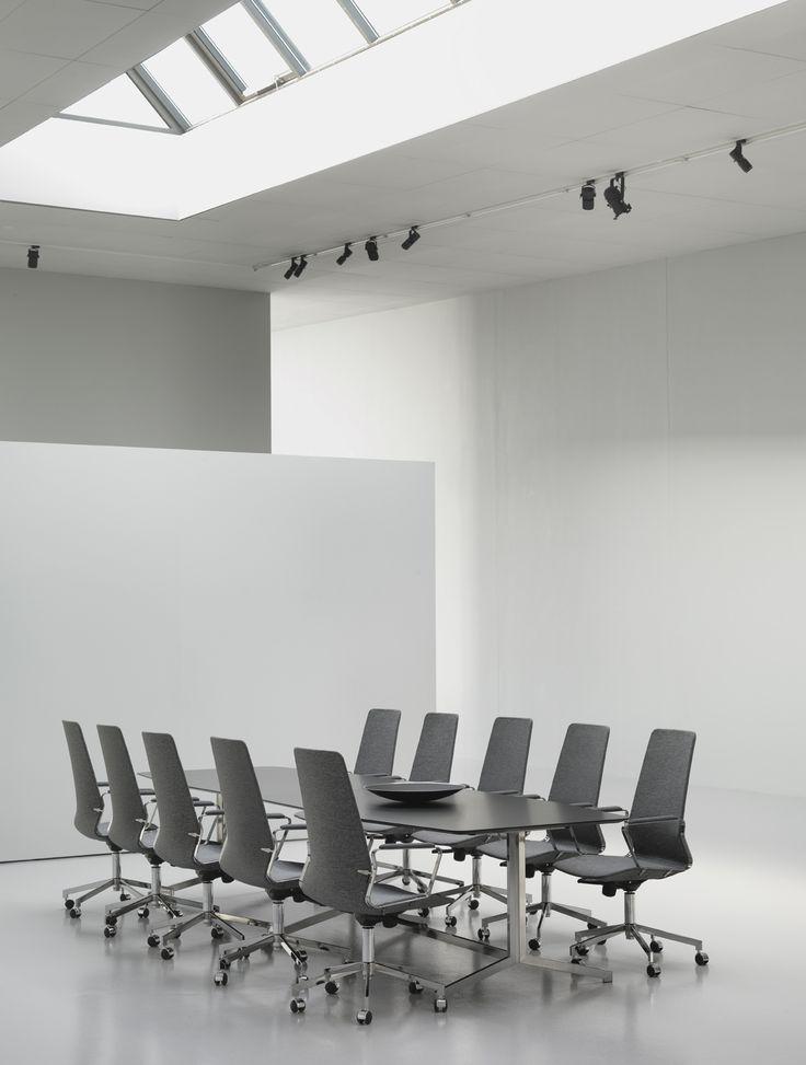 PILOT - элегантное и комфортабельное кресло, которое создает ощущение легкости, благодаря своей современной и тонкой форме