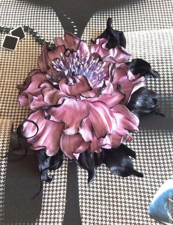 Купить или заказать Цветы из кожи. Брошь Пепел розы в интернет-магазине на Ярмарке Мастеров. цветок из кожи с двойным креплением , булавка и зажим . Может служить украшением для волос, в виде заколки , а так же брошкой на любую одежду. Цветком можно украсить верхнюю одежду, а так же нарядное платье или аксессуар , палантин, шарф , шляпку или сумку. Каждый лепесток обработан и тонирован вручную. Авторский дизайн и исполнение придает украшению уникальность.…