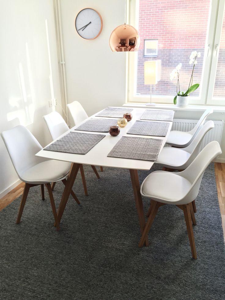 Dining, diningroom, table, chairs, MIO, flätad matta, Hemtex, rug, crochet, knitted, knitted rug, copper, copper lamp, lamp, clock, wallclock,