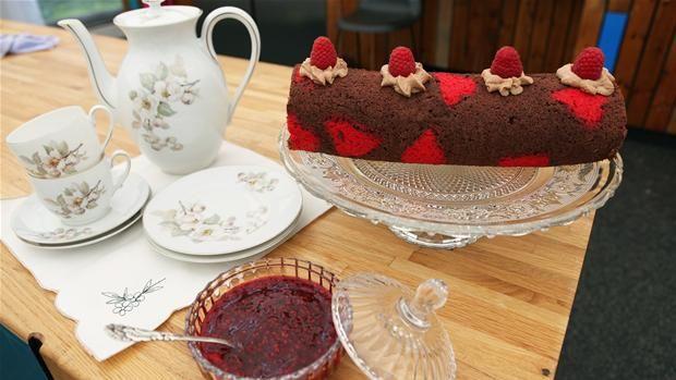 Chokoladeroulade med røde hjerter og hindbærsauce Skøn chokoladeroulade, som er dækket med hjerter og bliver overhældt med hindbærsauce
