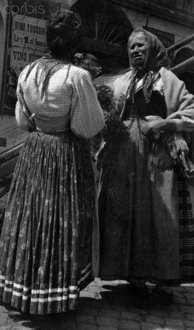 Female vendors in the Piazza della Cancelleria Rag Fair converse - Roma 1915 #TuscanyAgriturismoGiratola