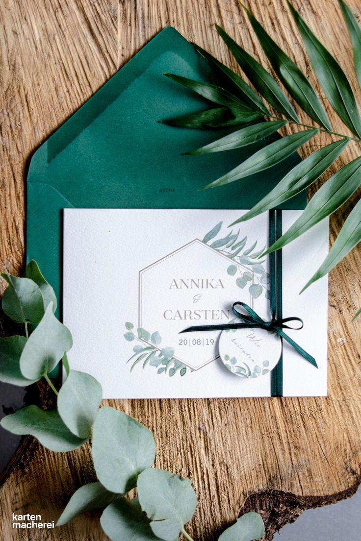 Diy idee für eure hochzeitseinladungen im greenery look mit einem anhänger und farblich passendem seidenband