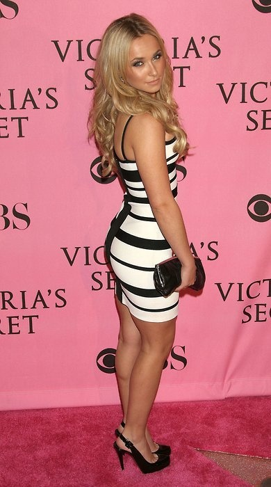 Love Hayden Panettiere's style here. Cute black/white dress which shows off her figure really well