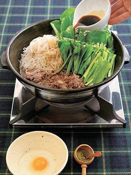 Recipe : 牛挽き肉・しらたき・小松菜の牛すき/挽き肉で簡単にできる、カジュアルすき焼き。 #レシピ #Recipe
