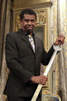 Dany Laferrière a reçu la traditionnelle épée d'académicien à la mairie de Paris, mardi.