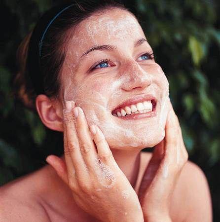 Tratamientos faciales Caseros para las Manchas Los productos de venta libre para el acné utilizan productos químicos como el ácido salicílico y peróxido de benzoilo para reducir la infección bacter…