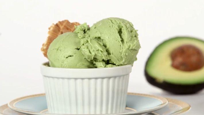 Ben jij fan van het groene goud én dol op ijs? Misschien is het niet het eerste dat in je opkomt, maar je kunt ijs maken van avocado....