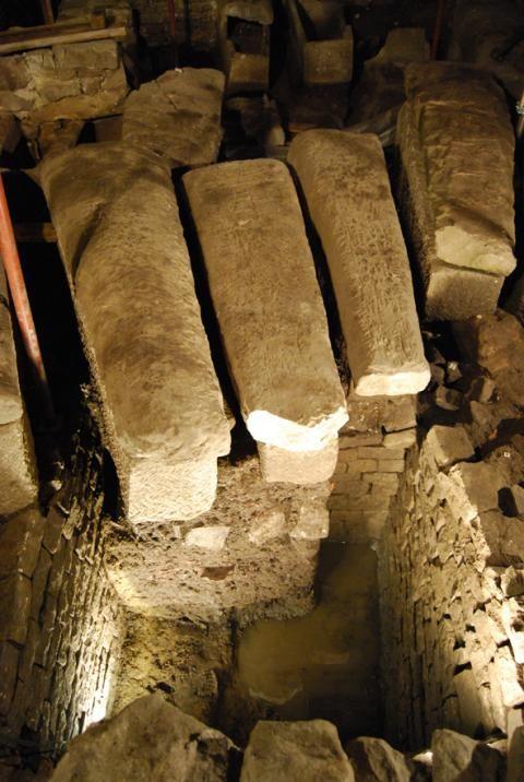 L'église Saint-Martin de Luxeuil-les-Bains (Haute-Saône), sarcophages mérovingiens- CHILDERIC II. 1)BIOGRAPHIE, 3: Furieux, Childebert fait enfermer LEGER au monastère de LUXEUL (Luxeuil-les-Bains, Hte Saone). D'un caractère généreux et emporté, le roi ne fait pas l'unanimité chez les grands. En 675, les Neustriens organisent un complot pour le supprimer. Le chef de la cabale, nommé BODILON, un noble Franc que le roi avait fait battre à un poteau.