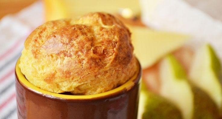 Przepis na suflet serowy: Suflet serowy można śmiało podać zamiast deseru lub jako przystawkę. Najlepiej dodać do niego kilka różnych gatunków sera, np. cheddar, edamski, gouda czy ementaler, a ja dodaję nawet francuski brie. :) Istotne jest, aby nie otwierać drzwiczek piekarnika podczas pieczenia. Suflety błyskawicznie urosną, rzecz jasna, ale po wyjęciu z piekarnika troszkę opadną. :)