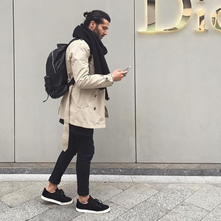 2016-12-01のファッションスナップ。着用アイテム・キーワードはコート, スニーカー, トレンチコート, バッグ, マフラー・ストール, 黒パンツ,etc. 理想の着こなし・コーディネートがきっとここに。| No:180181