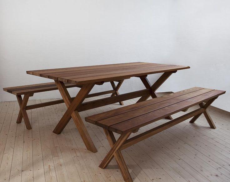Bord och bänkar i massiv FSC-märkt Freijo, passar lika bra inne som ute I Bovalls Dörrbyggeri
