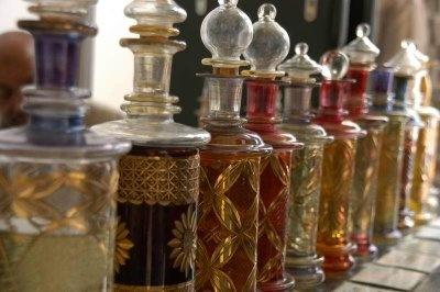 Los perfumes en el Al Andalus  En el Al Andalus como en el resto del mundo. islámico, los perfumes tuvieron una presencia importante. Eran de uso general en todas las clases sociales, y tanto los hombres como las mujeres los usaban en gran cantidad.