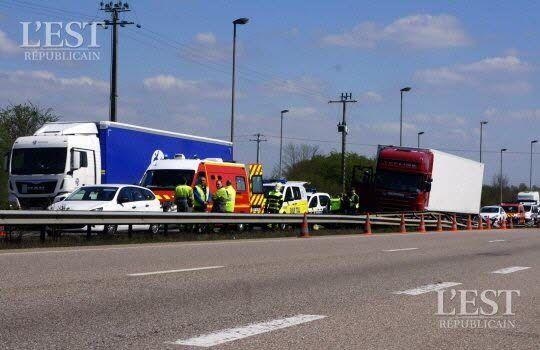 Un ambulancier privé et deux sapeurs-pompiers en repos ont pris en charge le chauffeur victime d'un malaise cardiaque. Photo ER