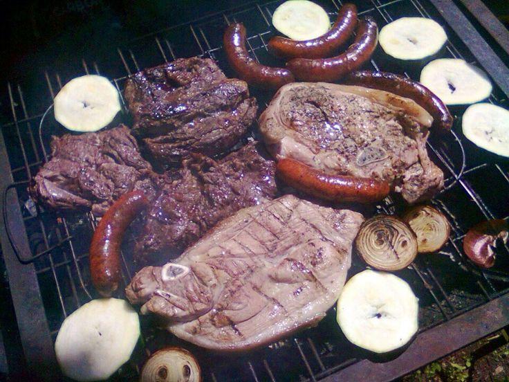 Pulpa de cerdo, sobre costillas, chorizos y verduras a la parrilla