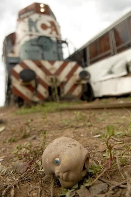 Fotón de Ignacio Corbalán (Télam) del accidente entre un tren y un ómnibus escolar en Campana, Buenos Aires