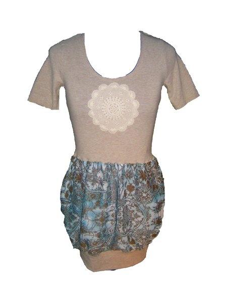 Hier ist es,dein neues Lieblingskleid!  Obenrum eher schlicht,tolle Taillenbetonung  und ein zuckersüßes Rockteil in Ballonform .Das Ganze ist noch au