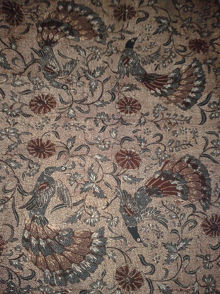 Motif kembang dan cenderawasih pada Batik Tegalan. Sangat terasa nuansa tradisionalnya.
