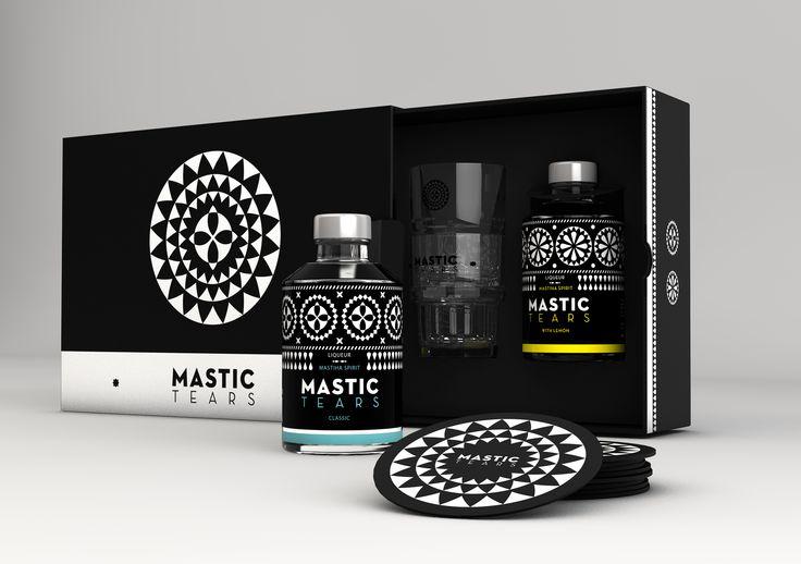 Η συσκευασία δώρου Mastic Tears είναι μια πολυτελής κασετίνα που περιλαμβάνει από ένα μπουκάλι Mastic Tears Classic και Mastic Tears Lemon, δύο ποτήρια, οκτώ σουβέρ και ένα βιβλιαράκι με συνταγές για cocktails με μαστίχα. Θα τη βρείτε σε επιλεγμένες κάβες και στα Duty Free.