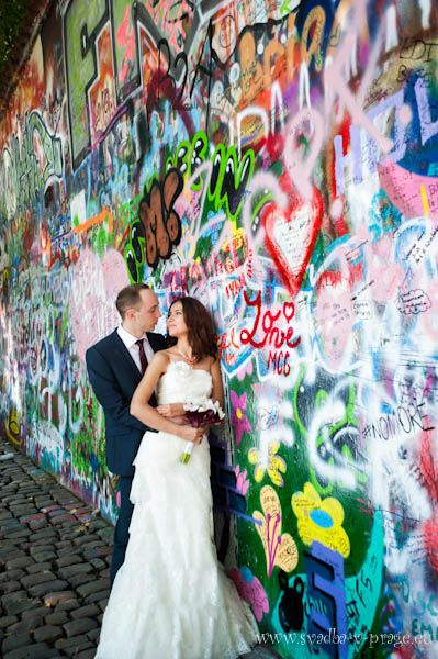 Свадебная пара у стены Джона Леннона в Праге