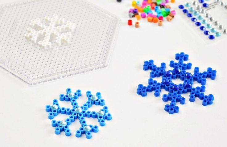 basteln-jungs-schneeflocken-bugelperlen-steckplatte-blau-strasssteine