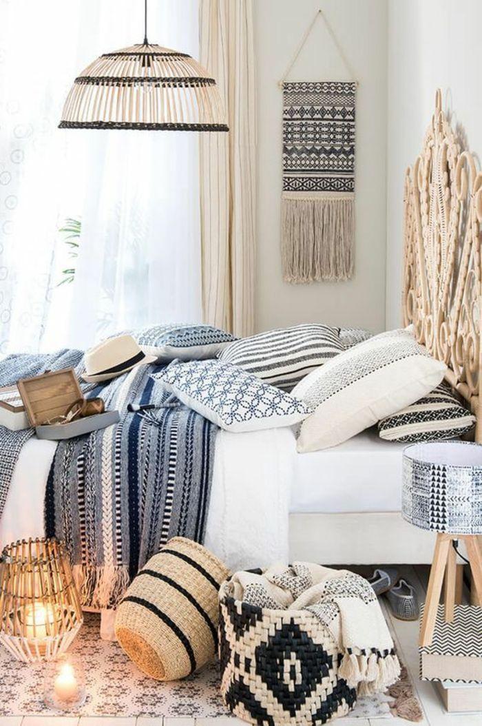 chambre design lit avec dossier de paille tressée paniers de rangement style afro pièce dédiée aux souvenirs de voyages