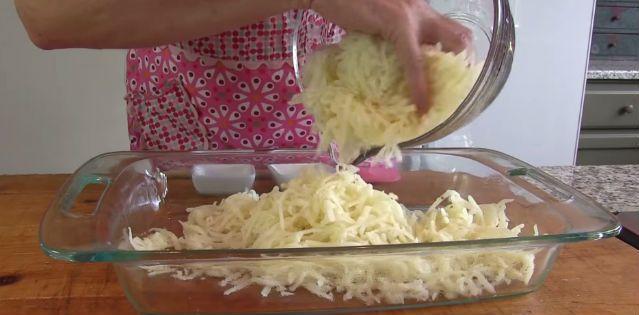Reszelt krumplit tesz egy tálba, majd nyakon önti ezzel az öntettel. Mennyei vacsorát készít! - Twice.hu