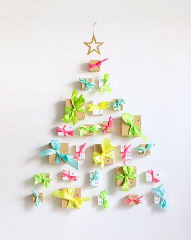 Calendario de adviento casero con forma de arbol de navidad