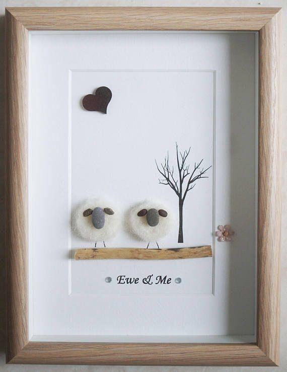 C'est un beau petit galet Art encadré photo de 2 moutons - brebis & moi fait à la main par mes soins en utilisant des cailloux, mouton d'artisanat à l'aiguille, bois flotté et coeur en bois Taille de l'image y compris cadre: environ 22 cm x 17 cm «Cette photo est terminé et disponible