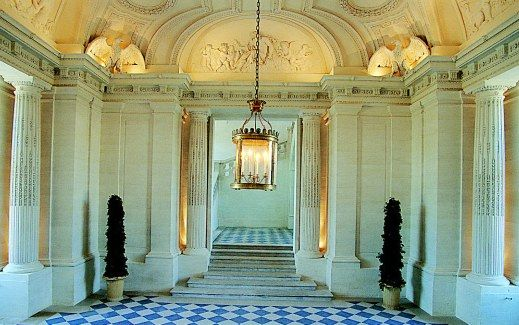 Le vestibule - the lobby or entrance hall or passage between the outer door and the interior of a building