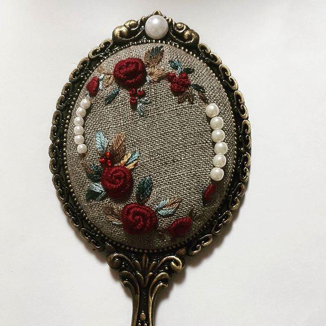 장미로손거울~요즘은튀는색이자꾸좋아진다.젊을땐무채색이좋았는데ᆢ#프랑스자수 #소품 #미니악세사리 #장미손거울#embroidery #needlework #rose #dailylife #flower #brooch