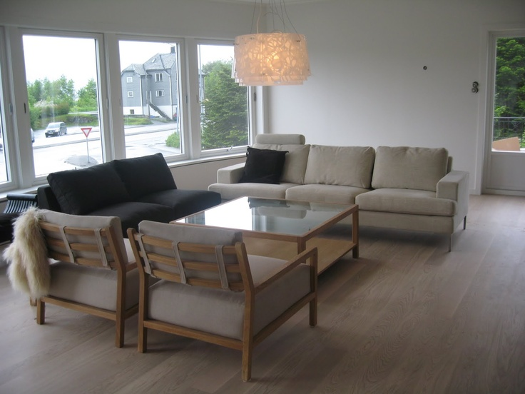 Hvitpigmentert 1 stavs eikeparkett i lys stue med retro møbler i blandede farger. Kul lampe også...