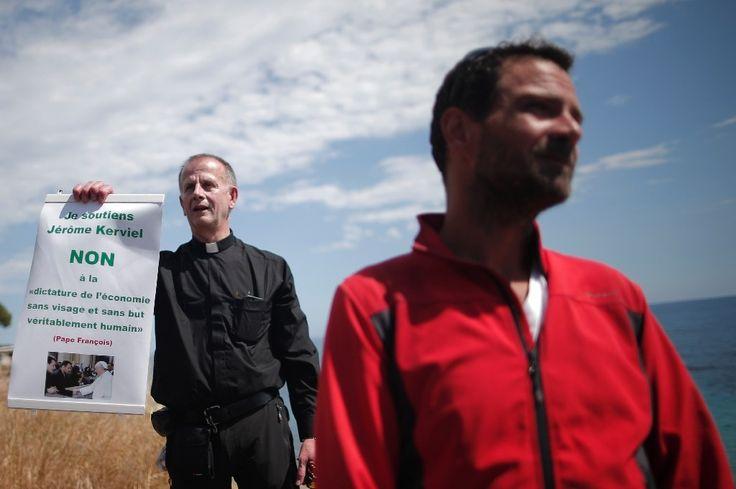 L'ancien trader Jérôme Kerviel (d) et le père Patrice Gourrier, l'un de ses principaux soutiens, annoncent à Vintimille, en Italie, le refus du premier de se rendre en prison en France