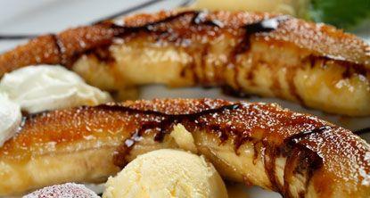 Le banane sono uno dei prodotti pregiati del Guatemala destinati all'esportazione. In questa ricetta sono proposte nel tipico dessert. Al posto della panna acida si può usare dello yogurt e al posto delle nocu cajou di possono usare noci normali (dal libro di Valeria Calamaro Le cucine degli altri, ed. Sonda)