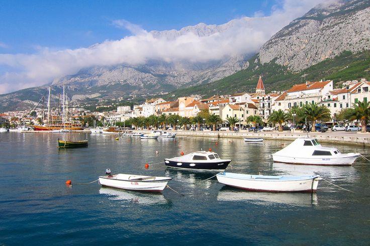 Der #Hafen in der #Altstadt von #Makarska mit den mächtigen Bergen im Hintergrund, #Kroatien