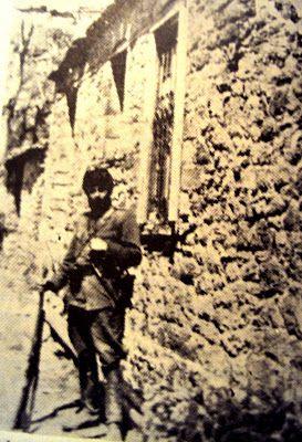 Ο Άρης Βελουχιώτης με τουφέκι φωτογραφίζεται σε ορεινό χωριό