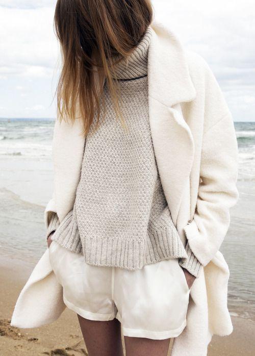 Avoir bien chaud et rester stylée en promenade au bord de la mer.