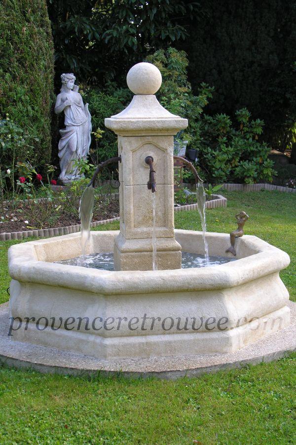 Exemple d\'une petite fontaine centrale posée sur une dalle béton ...