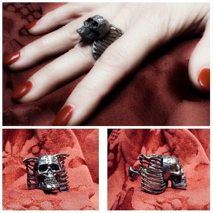 Gabbia anello teschio con gabbia toracica versione argento brunito, disponibile anche in oro 18 kt - Gioielleria Dogale prezzo euro 379,00 versione argento -