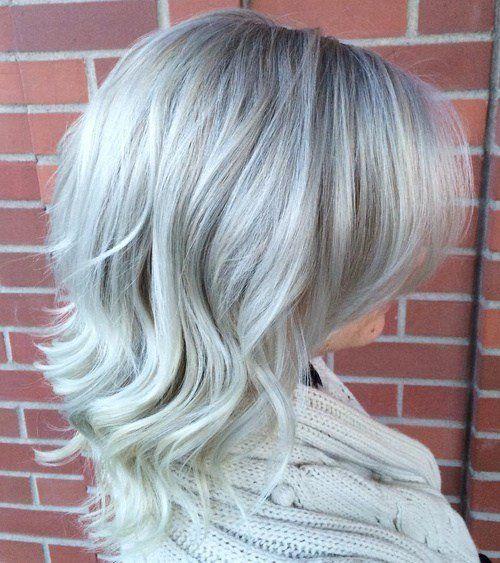 Graues Haar ist nicht mehr nur für Omas, sondern für junge und anspruchsvolle Menschen. Trendsetterinnen und -mädchen ziehen überall in diesen einzigartigen Farbton. Wir lieben graues Haar wegen seiner widersprüchlichen Natur – es ist jung und reif, nervös und klassisch, Farbe und Anti-Color zugleich. Das Tragen von grauem Haar könnte bedeuten, dass Sie einen Moment lang mit einer modischen alten Dame von hinten verwechselt werden könnten – aber seit wann ist das eine schlechte Sache? Wenn Sie erwägen, grau zu werden, gibt es Menschen …