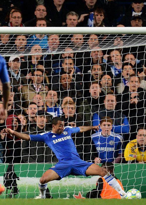 Mendebarkan! Ashley Cole penyelamat, berhasil menyapu bola hasil sontekan Lionel Messi