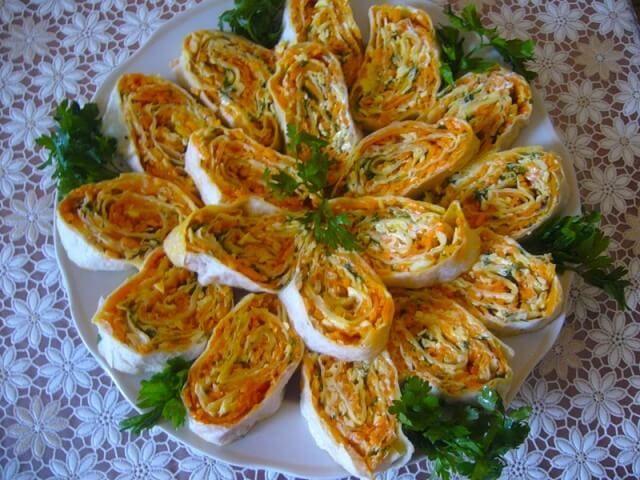 Лаваш с начинкой очень популярная закуска. Ее очень часто готовят на праздничные столы.