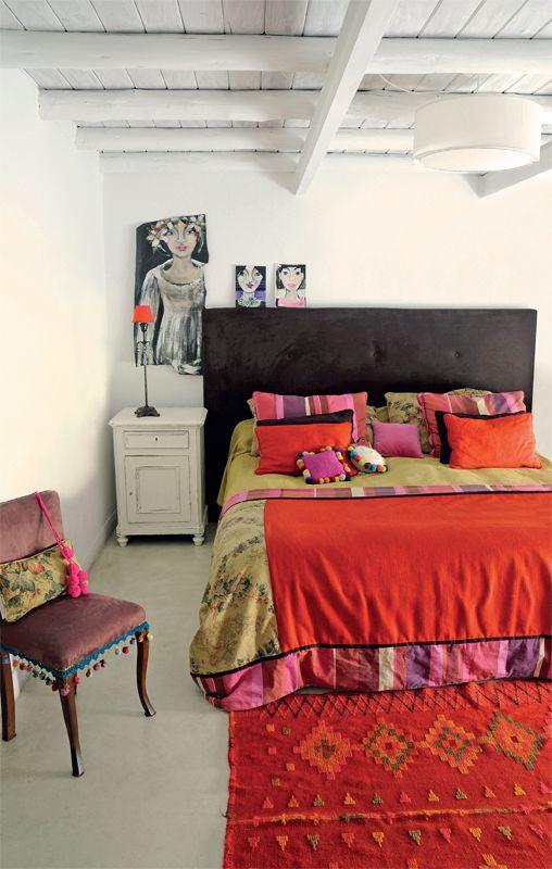 Las obras de arte de Inés Repetto condimentan esta habitación reciclada por el arquitecto Nicolás Salado Castro, en la que pisos de cemento alisado y techos pintados de blanco se vuelven marco de una estética refinada y colorida. El amplio respaldo de gamuza visón logra que la cama sea el foco de atracción principal. Un cover de lino y un pie de cama en patchwork colaboran con la intención, al igual que los almohadones floreados y rayados –realizados por la dueña de casa– o el almohadón…