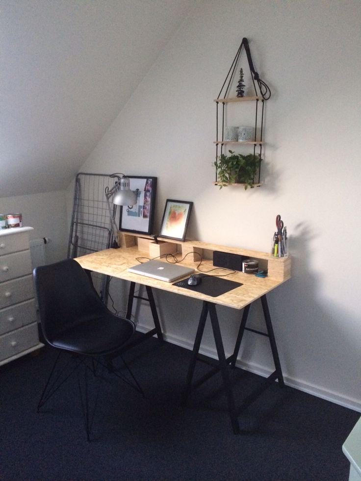 Ny skrivebord med lille hygge reol!