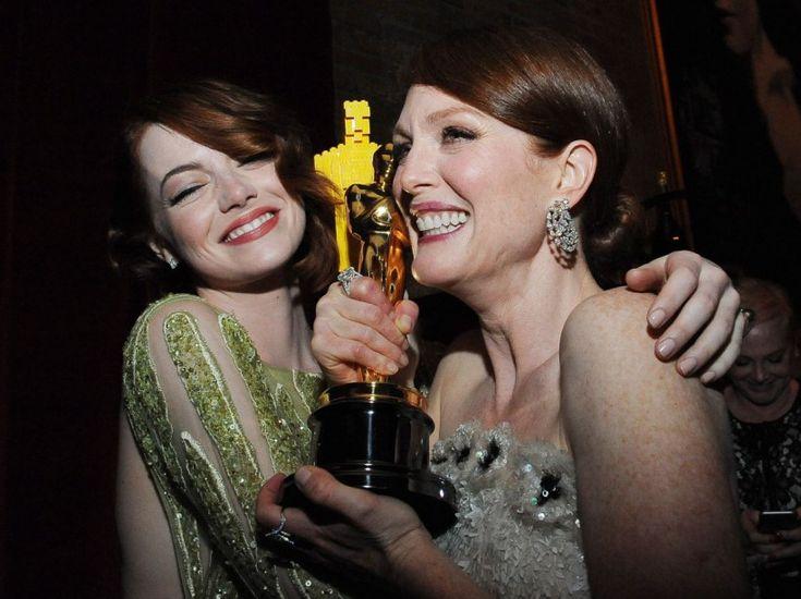Belle image que celle d'Emma Stone, nommée pour l'Oscar de la meilleure actrice, embrassant celle qui a gagné la statuette, Julianne Moore, dans la nuit du 22 au 23 février 2015.