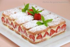 Fraisier aux biscuits roses.