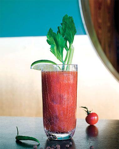 Bereiden:Vul het collinsglas met ijsblokjes. Doe er de wodka, worcestershiresaus, tabasco, het citroensap en de specerijen bij. Giet er vervolgens het tomatensap bij en roer goed door.Werk af: Garneer met een selderstengel en een partje limoen.