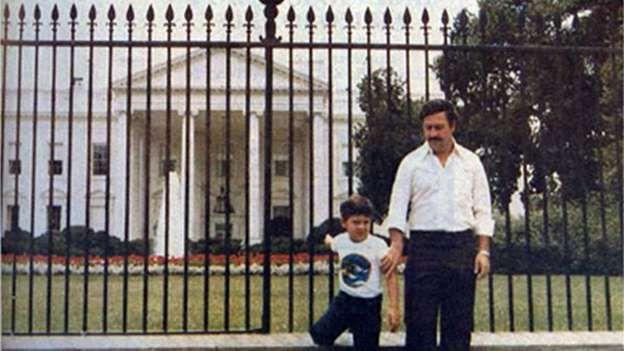 Pablo Escobar y su hijo Juan Pablo en 1983, frente a la Casa Blanca, en Washington