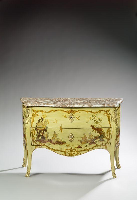 Pierre Macret (1727-1796). Commode laquée vert et bronze doré. Dessus de marbre rouge et gris. Epoque Louis XV
