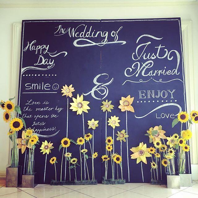 夏らしいフォトスポット✨ 本物のひまわりと作り物のひまわりが混ざってるんです◡̈♥︎ . #baysidegeihinkan #静岡wedding #ベイサイド迎賓館 #結婚式 #リゾートウェディング #フォトスポット #ひまわり #sunflower #チョークボード #ロビー装飾